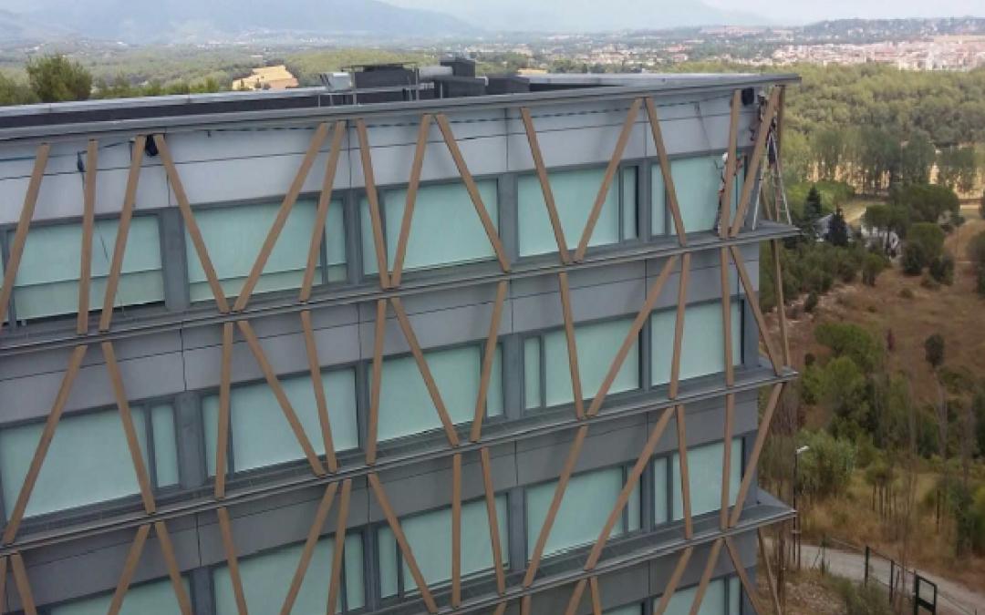 Líneas de vida en fachada edificio Telefónica. Parc Belloch, Universidad. Barcelona